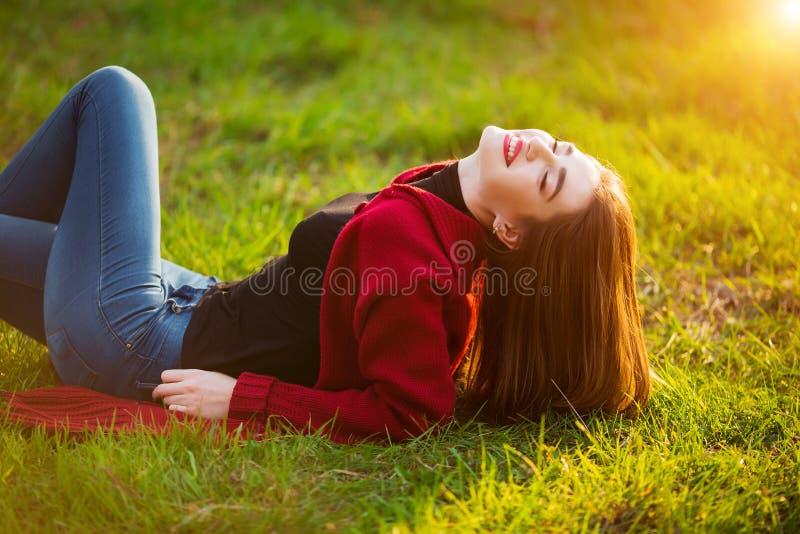 Portret szczęśliwa sporty kobieta relaksuje w parku na zielonej łące Radosny kobieta modela oddychania świeże powietrze outdoors fotografia royalty free