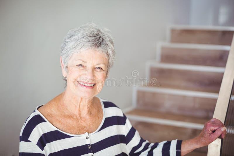 Portret szczęśliwa starsza kobieta przeciw schody fotografia stock