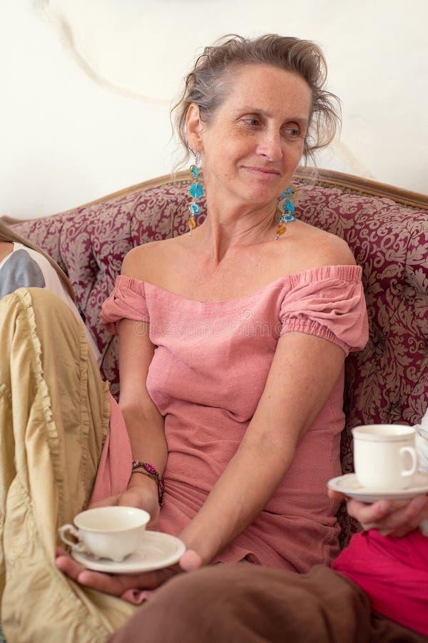 Portret szczęśliwa starsza kobieta z filiżanką herbata obrazy royalty free
