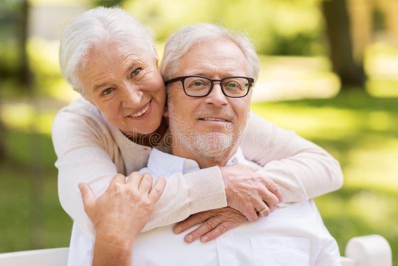 Portret szczęśliwa starsza para przy parkiem obraz stock