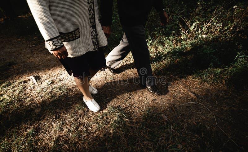 Portret szczęśliwa starsza para w parku Horyzontalny wizerunek obrazy stock