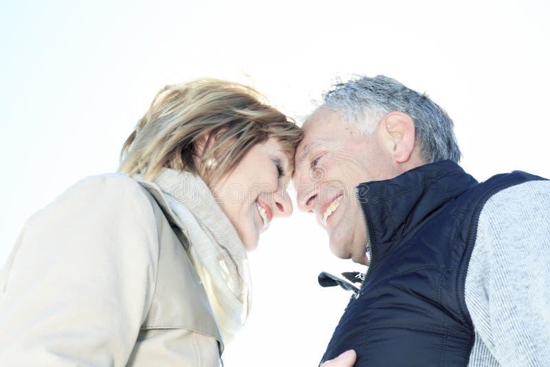 Portret szczęśliwa starsza para w zima sezonie zdjęcie stock