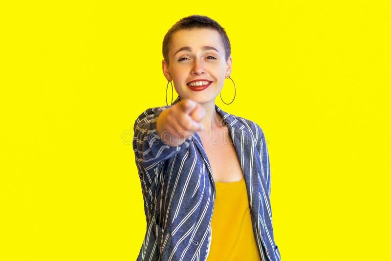 Portret szczęśliwa toothy smiley młoda krótkiego włosy modnisia piękna kobieta w żółtej koszula i paskującej kostium pozycji, pat fotografia stock