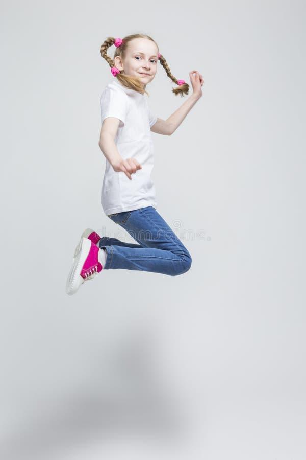 Portret Szczęśliwa Uśmiechnięta Kaukaska Blond dziewczyna Z Pigtails Robi skokowi zdjęcia royalty free