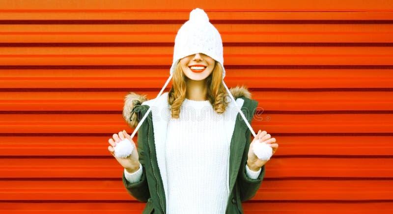 Portret szczęśliwa uśmiechnięta kobieta w trykotowym kapeluszu i pulowerze ma zabawę zdjęcia stock