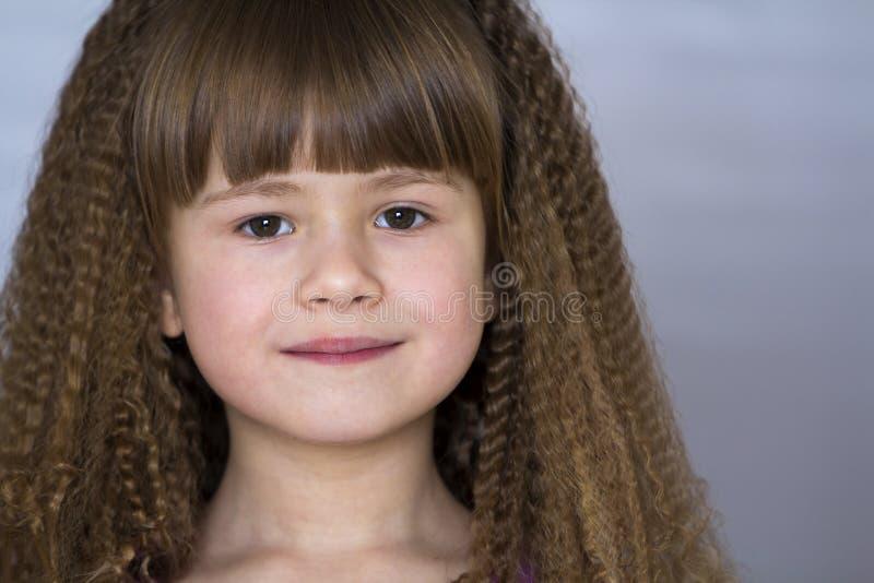 Portret szczęśliwa uśmiechnięta mała dziewczynka z pięknym gęstym włosy obrazy stock