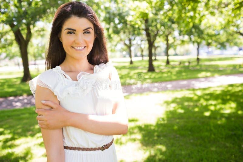 Portret szczęśliwa ufna kobieta w parku zdjęcia stock