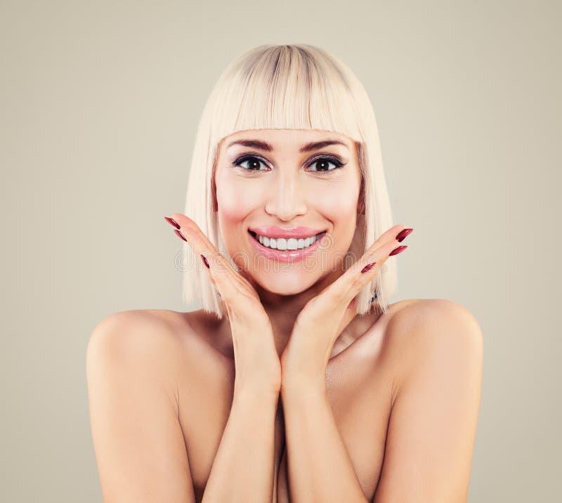 Portret Szczęśliwa Zdziwiona kobieta z Ładnym uśmiechem obraz royalty free