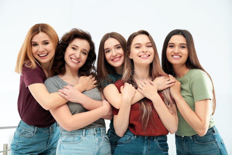 Portret szczęśliwe damy indoors Kobiety w?adza zdjęcia stock