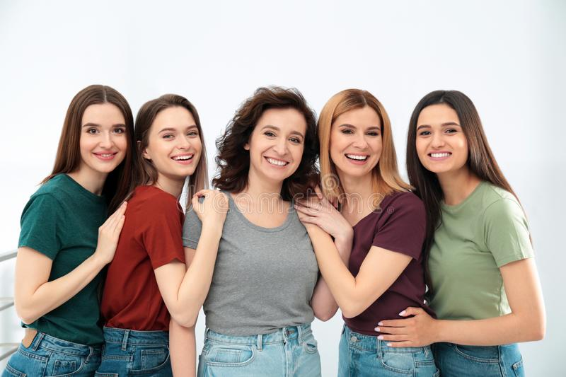 Portret szczęśliwe damy indoors Kobiety w?adza fotografia stock