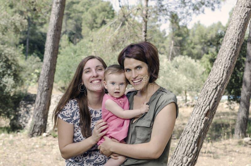 Portret szczęśliwe lesbians matki z dzieckiem Homoseksualny fami obrazy stock