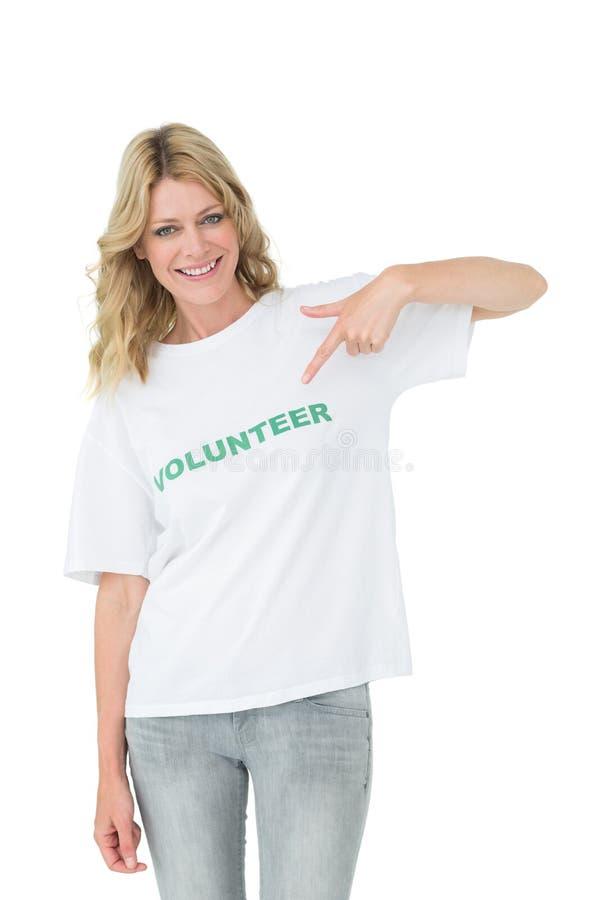 Portret szczęśliwej kobiety ochotniczy wskazywać ona zdjęcia stock