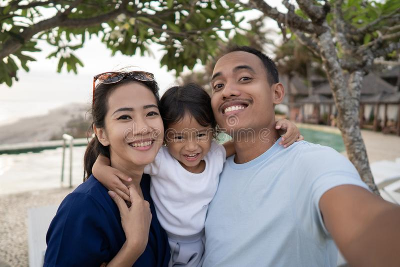 Portret szczęśliwej rodzinnej selfie strony pływacki basen obraz royalty free