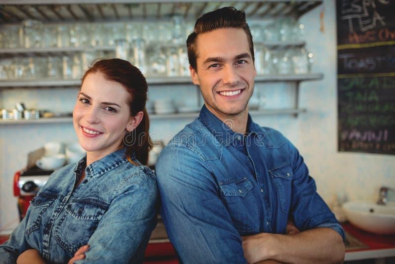 Portret szczęśliwi baristas przy kawa domem obrazy royalty free