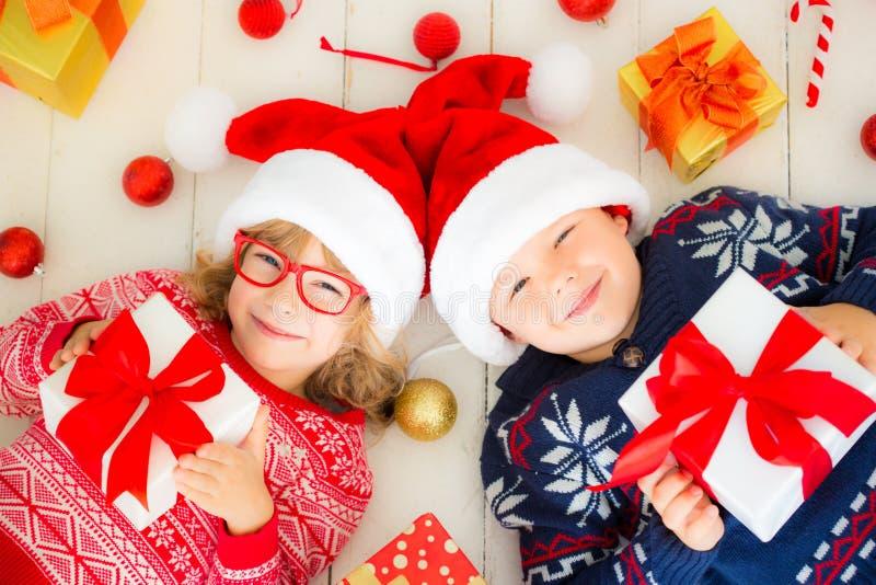 Portret szczęśliwi dzieci z Bożenarodzeniowymi dekoracjami obrazy royalty free