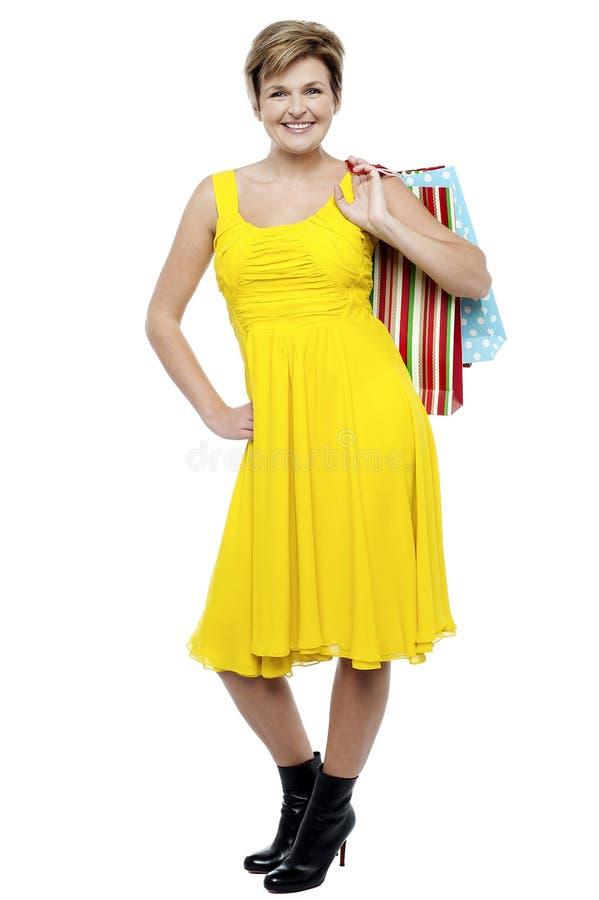 Portret szczęśliwi kobiety przewożenia torba na zakupy zdjęcie royalty free