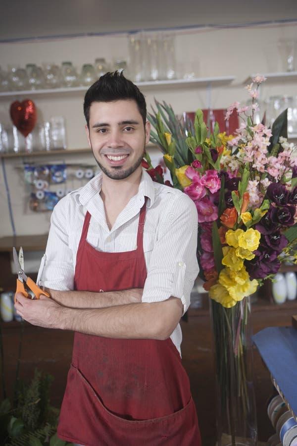 Portret Szczęśliwi kwiaciarni mienia nożyce zdjęcie royalty free