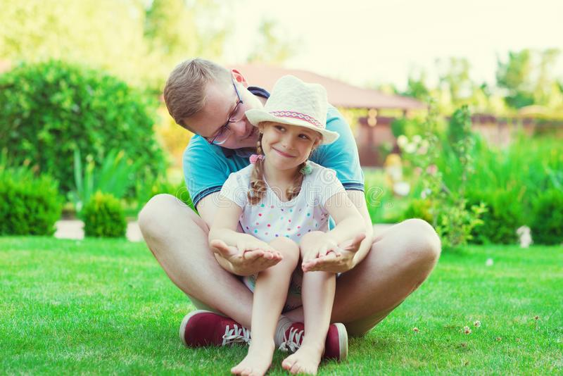 Portret szczęśliwi potomstwa ojcuje z jego dosyć małą córką h obrazy royalty free