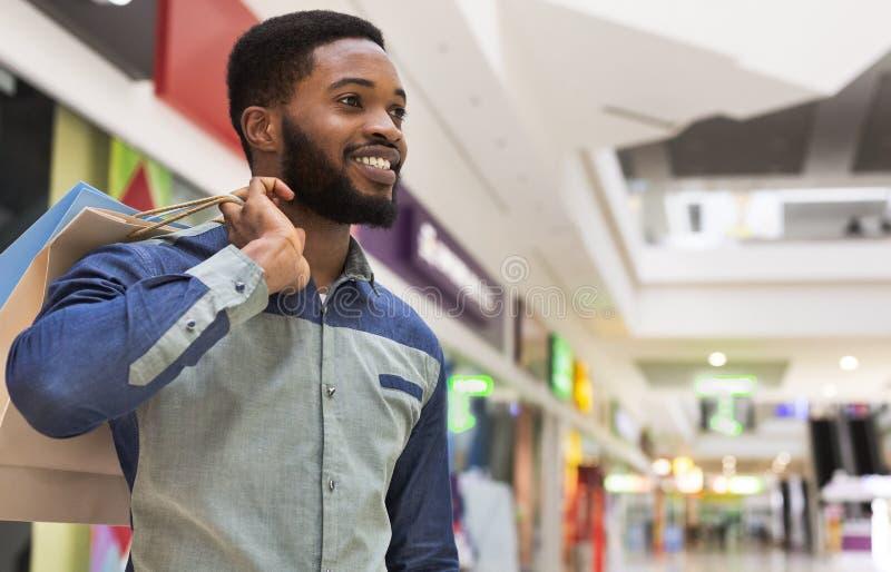 Portret szczęśliwy afrykański facet przy centrum handlowym obrazy stock