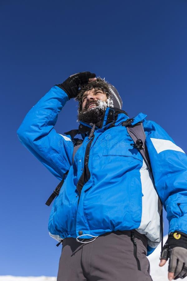 Portret szczęśliwy alpinista patrzeje daleko od obraz royalty free