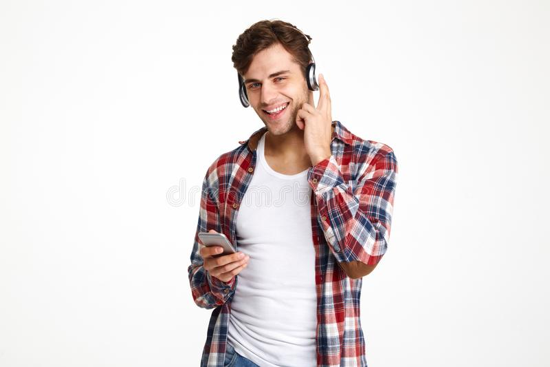 Portret szczęśliwy atrakcyjny mężczyzna w hełmofonach zdjęcia royalty free
