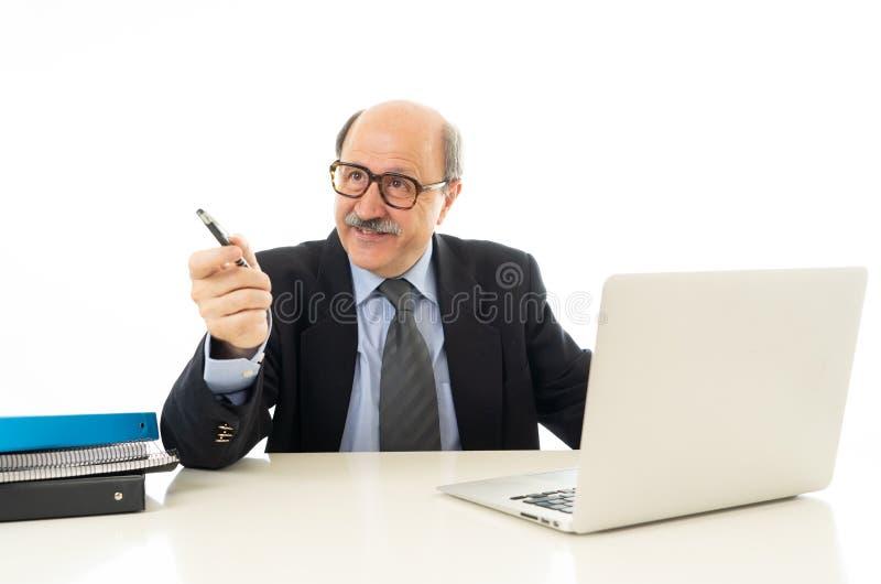 Portret szczęśliwy biznesowy mężczyzna pracuje na laptopie na nowych projekta udzielenia pomysłach zdjęcia stock