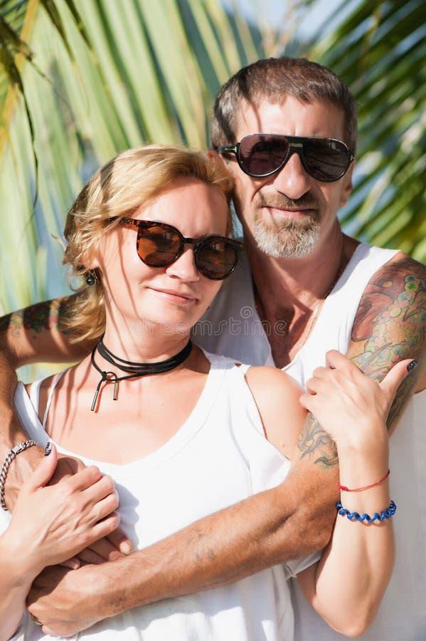 Portret szczęśliwy dorośleć pary przy plażą zdjęcie royalty free