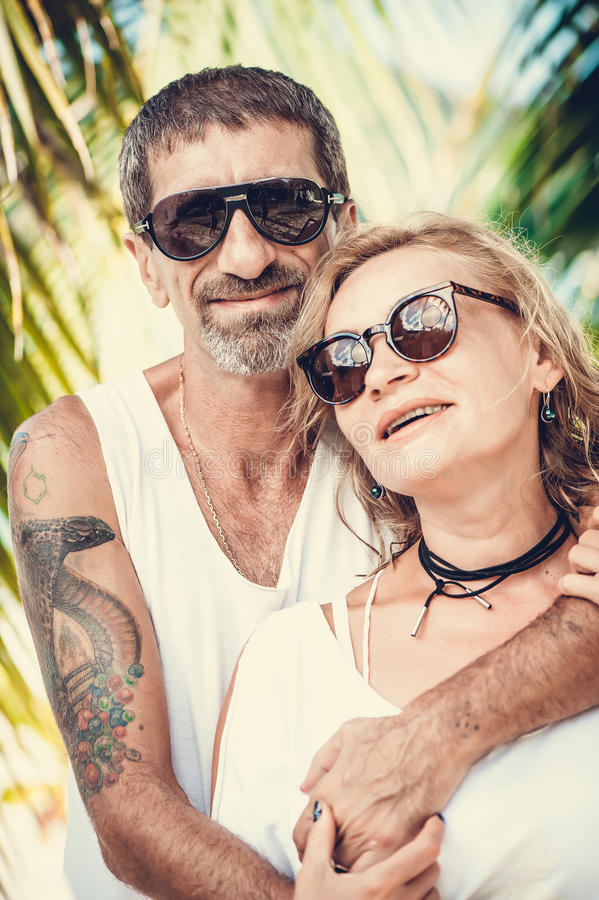 Portret szczęśliwy dorośleć pary przy plażą obraz stock