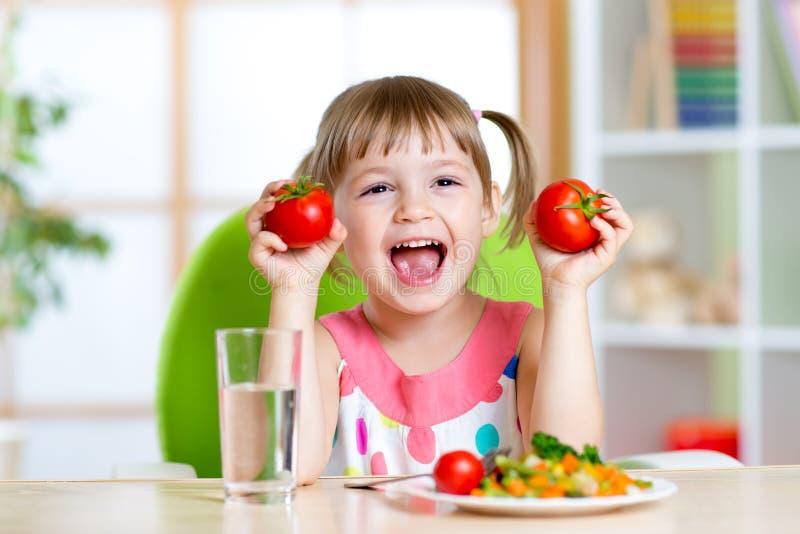 Portret szczęśliwy dziecko z warzywami fotografia royalty free