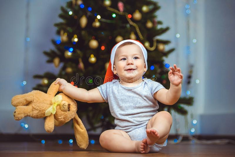 Portret szczęśliwy dziecko z zabawką blisko choinki zdjęcia royalty free