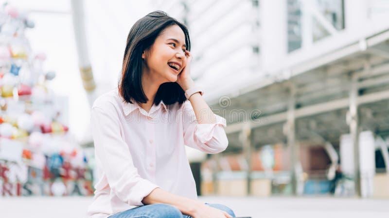 Portret szczęśliwy i uśmiechnięty młoda kobieta obrazy stock
