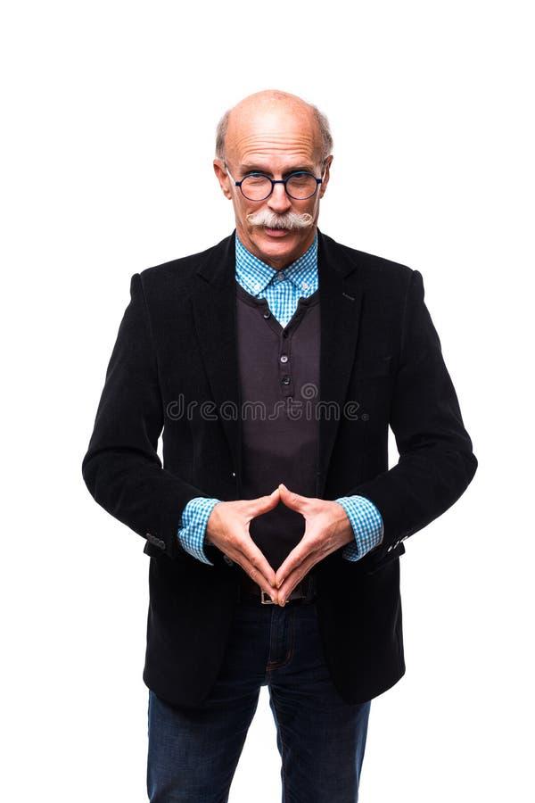 Portret szczęśliwy i ufny starszy biznesmen odizolowywający z krzyż rękami na białym tle fotografia royalty free
