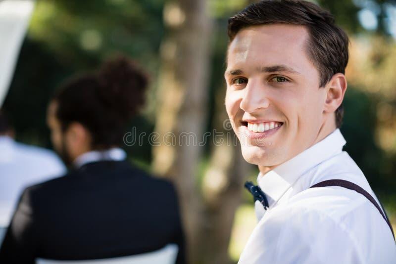 Portret szczęśliwy kelner w parku obrazy royalty free