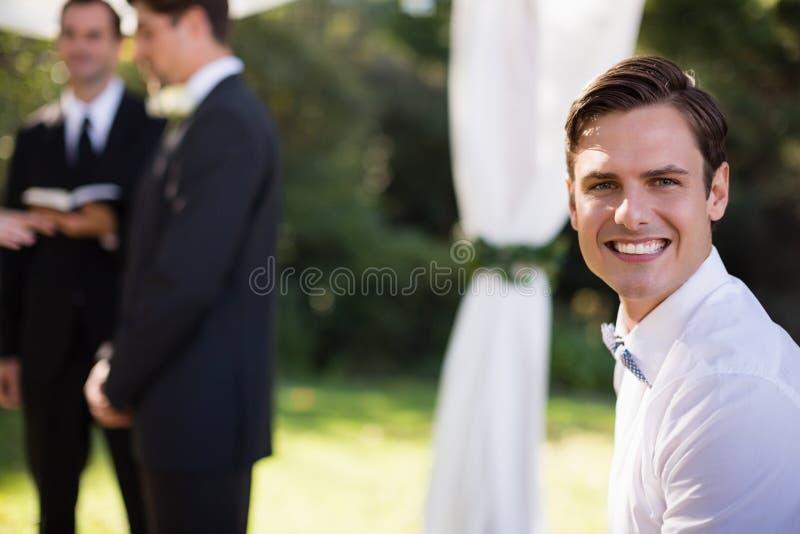 Portret szczęśliwy kelner w parku obrazy stock