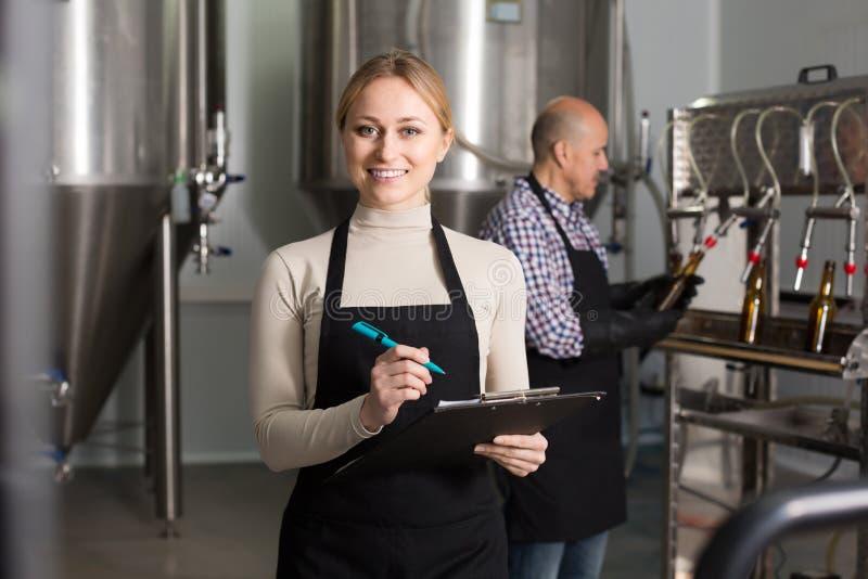 Portret szczęśliwy kobieta pracownik obrazy royalty free