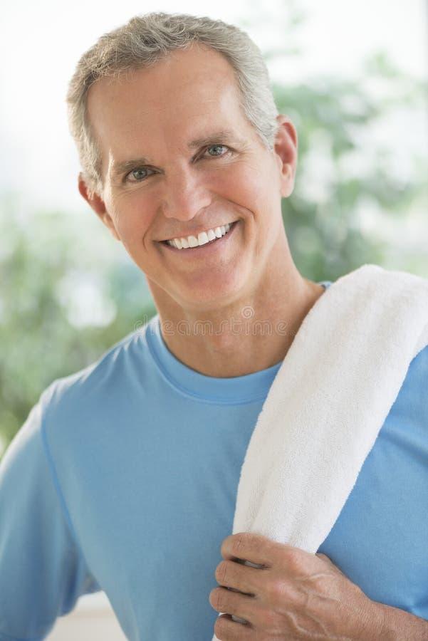 Portret Szczęśliwy mężczyzna Z ręcznikiem Na ramieniu fotografia royalty free
