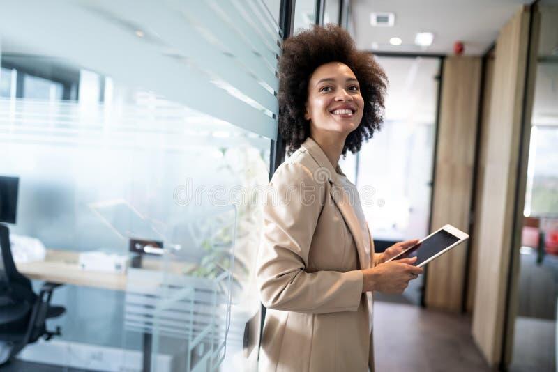Portret szczęśliwy młody afrykański biznesowej kobiety ono uśmiecha się obraz royalty free