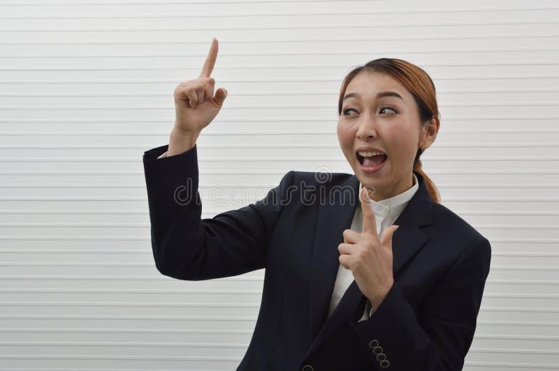 Portret szczęśliwy młody azjatykci bizneswoman w czarnym wh i kostiumu fotografia stock