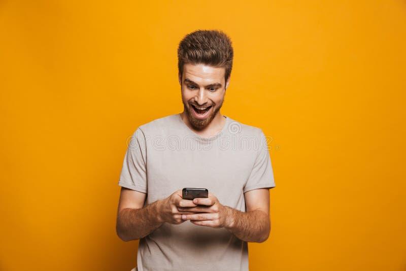 Portret szczęśliwy młody człowiek używa telefon komórkowego zdjęcia royalty free