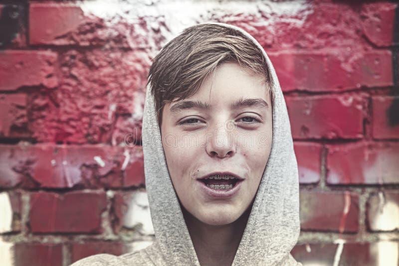 Portret szczęśliwy młody człowiek z zębu brasem obraz royalty free