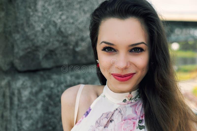 Portret szczęśliwy młody piękny dziewczyny zakończenie, strzał głowa A zdjęcia royalty free