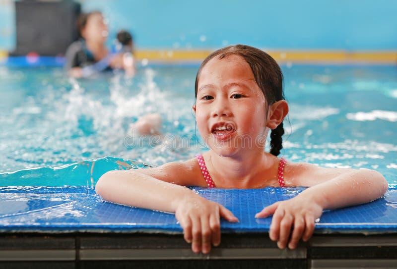 Portret szczęśliwy mały Azjatycki dziecko dziewczyny uczenie pływać w basenie Zakończenie krótki obraz royalty free