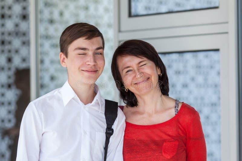 Portret szczęśliwy mather z synem na biel ścianie, fotografia royalty free