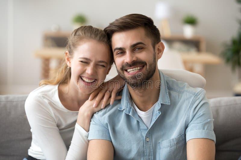 Portret szczęśliwy millennial pary uściśnięcie na leżance w domu zdjęcia stock