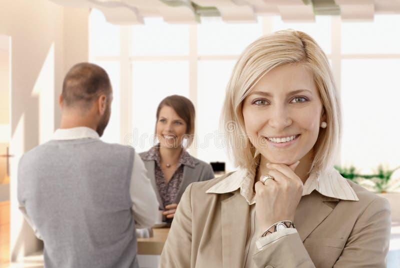 Portret szczęśliwy niewolny bizneswoman przy biurem zdjęcie royalty free