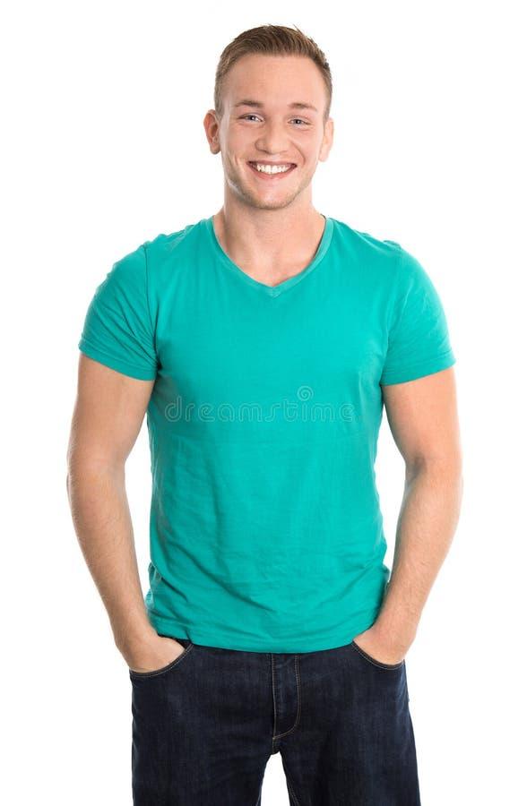 Portret: Szczęśliwy odosobniony młody człowiek jest ubranym zieloną koszula i cajgi fotografia stock