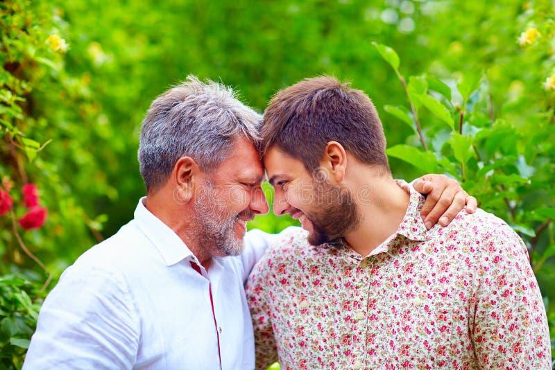 Portret szczęśliwy ojciec i syn, to jest jednakowy w pojawieniu obrazy royalty free