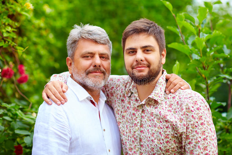 Portret szczęśliwy ojciec i syn, to jest jednakowy w pojawieniu obraz royalty free