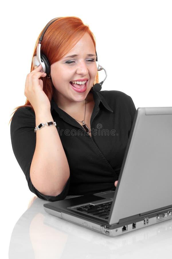 Portret szczęśliwy ono uśmiecha się rozochocony potomstwa poparcia telefonu operator w słuchawki z laptopem fotografia stock