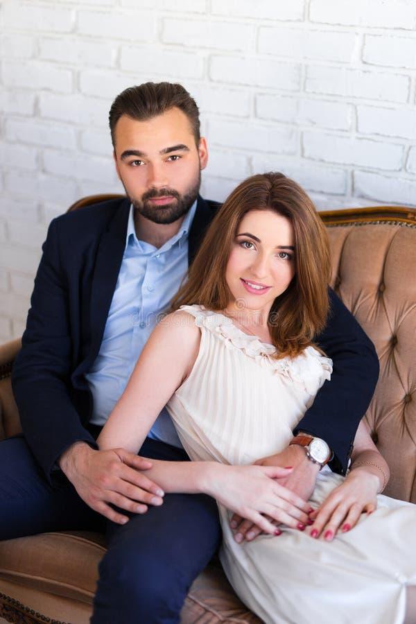 Portret szczęśliwy pary obsiadanie na rocznik kanapie zdjęcie royalty free